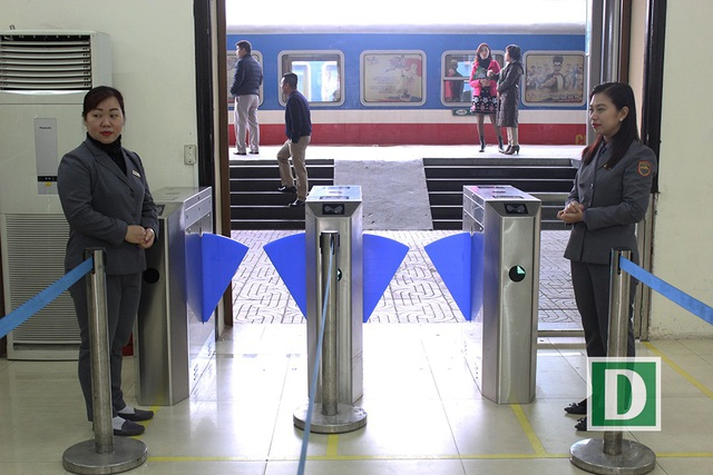 Hành khách hứng thú với cổng soát vé tự động tại ga Hà Nội - 5
