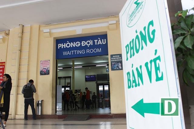 Hành khách hứng thú với cổng soát vé tự động tại ga Hà Nội - 2