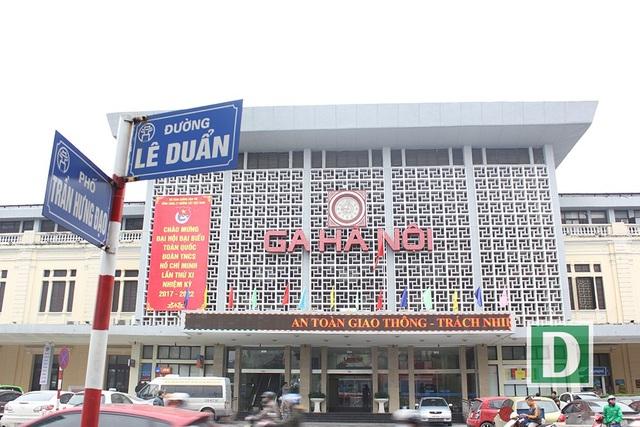 Hành khách hứng thú với cổng soát vé tự động tại ga Hà Nội - 1