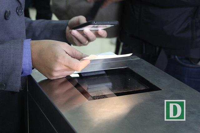 Hành khách hứng thú với cổng soát vé tự động tại ga Hà Nội - 6