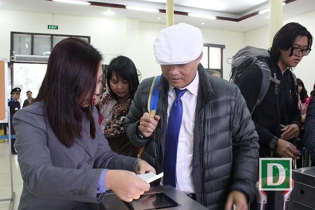 Hành khách hứng thú với cổng soát vé tự động tại ga Hà Nội - 7