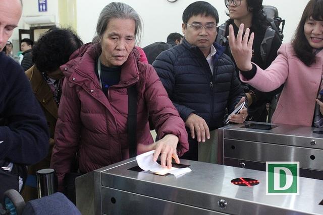 Hành khách hứng thú với cổng soát vé tự động tại ga Hà Nội - 9