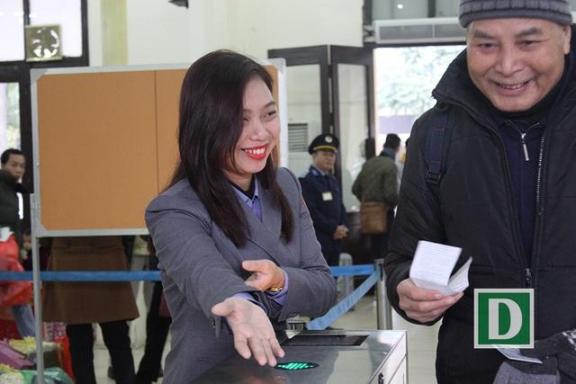Hành khách hứng thú với cổng soát vé tự động tại ga Hà Nội - 14