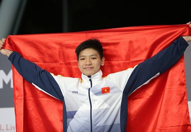 Niềm tự hào khi được giơ cao lá quốc kỳ của kình ngư trẻ, , ảnh: Q.H