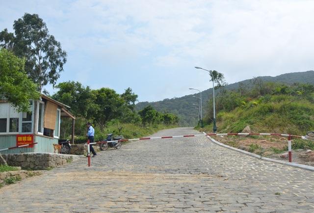 Lối vào khu vực bị đào xới có gác chắn, bảo vệ nghiêm ngặt