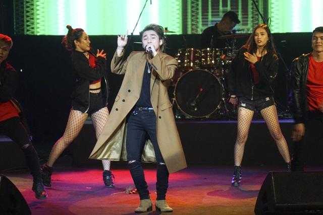 Xuất hiện trình diễn trước Mỹ Tâm, Sơn Tùng chứng tỏ khả năng thu hút của mình qua loạt ca khúc hit như: Nơi này có anh, Lạc trôi, Em của ngày hôm qua, Chắc ai đó sẽ về...