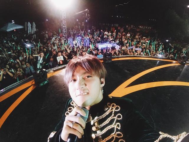 Kỷ niệm một đêm đáng nhớ, Sơn Tùng đã tranh thủ selfie với hơn 5.000 khán giả.