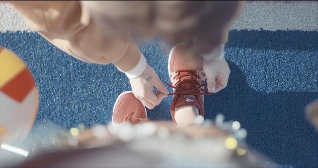 Vì vậy, trong MV chàng trai luôn dành cho cô gái những cử chỉ thân mật mà bất cứ cô gái nào cũng muốn người yêu làm cho mình như cái ôm từ phía sau, đeo ba lô giúp, cột dây giày….