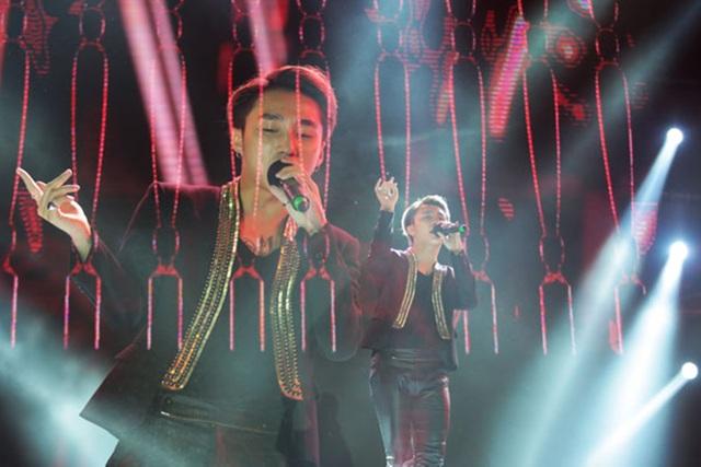 Nam ca sĩ Sơn Tùng M-TP đã phải dừng lại phần biểu diễn trong đêm nhạc Lễ hưởng ứng chiến dịch Giờ Trái đất 2017 tại Hưng Yên, hốt hoảng nói lời xin lỗi khán giả trước tình trạng chen lấn, xô đẩy của các fans...
