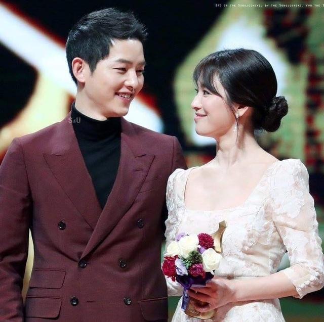 Song Joong Ki cho biết, anh chính là người chủ động khuyên bạn gái thông báo về kế hoạch tổ chức đám cưới với người hâm mộ.