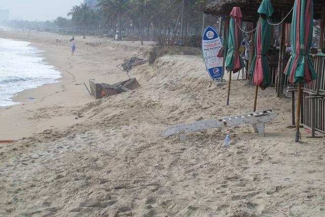 Sóng biển xâm thực bờ biển Đà Nẵng