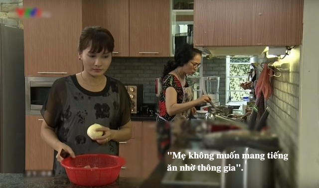 """""""Mẹ không muốn mang tiếng ăn nhờ thông gia"""" là lời đáp của bà Phương khiến Vân chạnh lòng tủi thân khi cô gợi ý nhờ mẹ đẻ gửi rau sạch từ quê lên cho nhà chồng."""