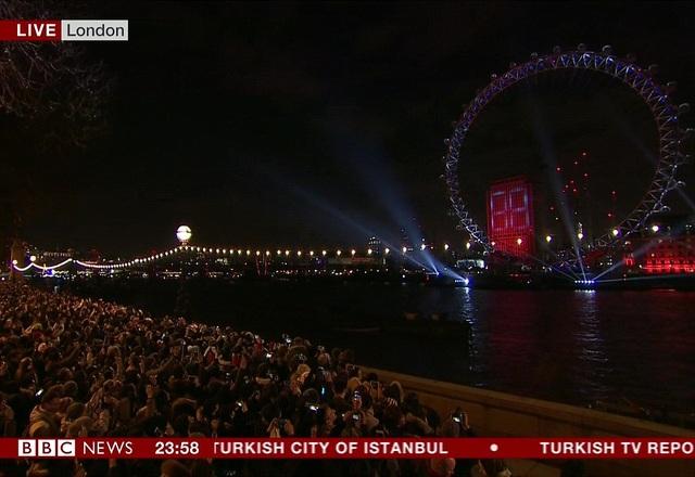 Hai bờ sông Thames chật cứng người xem pháo hoa. Tất cả đều hướng mắt lên bầu trời để chiêm ngưỡng những màn trình diễn ánh sáng tuyệt vời. (Ảnh: PA)