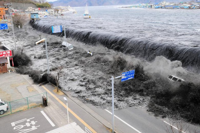 Ảnh chụp từ trên cao cho thấy sóng thần tấn công thành phố Miyako tại tỉnh Iwate sau khi trận động đất mạnh 9,0 độ richter xảy ra ở vùng biển ngoài khơi đông bắc Nhật Bản ngày 11/3/2011.