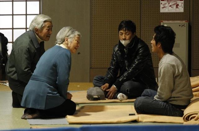 Nhà vua và Hoàng hậu Nhật Bản thăm hỏi, động viên những người bị sơ tán do động đất/sóng thần tại một trung tâm sơ tán ở thủ đô Tokyo.