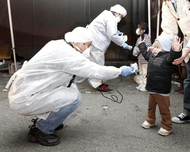 Một vùng cấm có bán kính quanh nhà máy hạt nhân Fukushima I đã được thiết lập, buộc hàng chục nghìn người phải đi sơ tán.