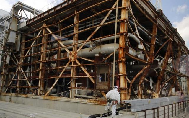 Phóng xạ đã bị rò rỉ từ nhá máy sau khi hàng loạt vụ cháy và nổ làm hư hại 4 trong số 6 lò phản ứng hạt nhân, khiến hệ thống làm mát bị nhà máy hạt nhân bị hư hỏng nặng.