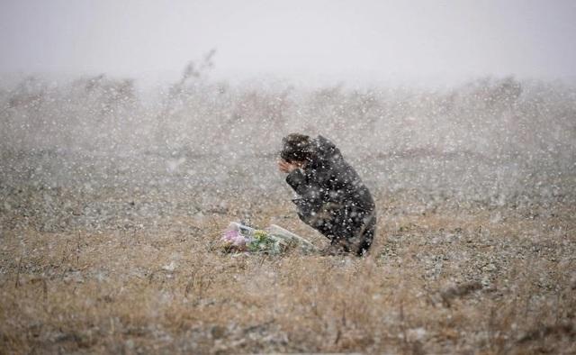 Một phụ nữ tưởng niệm các nạn nhân tại Rikuzentakata, tỉnh Iwate.
