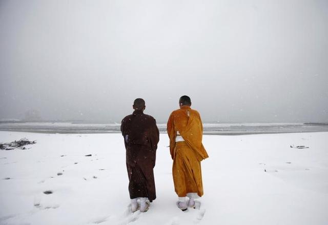 Các nhà sư cầu nguyện cho các nạn nhân động đất/sóng thần trên bờ biển Kitaizumi tại thành phố Minamisoma, tỉnh Fukushima.