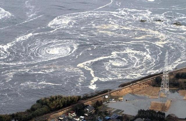 Những xoáy nước khổng lồ xuất hiện sau sóng thần và động đất tại thành phố Iwaki, tỉnh Fukushima.