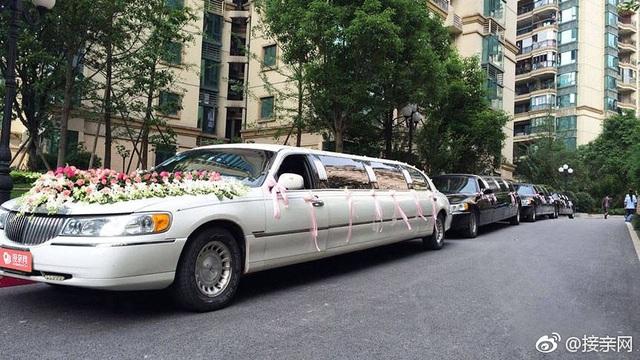 Những chiếc xe cưới sang trọng đã xuất hiện bên ngoài khách sạn Shilla.