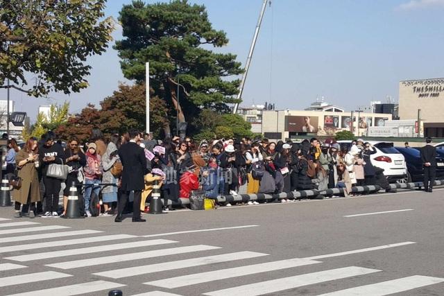 Tới đầu giờ chiều ngày 31/10, rất đông fan và phóng viên đã tập trung ở khu vực bên ngoài khách sạn Shilla.