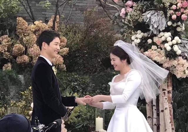 Những hình ảnh về hôn lễ của Song Hye Kyo và Song Joong Ki phủ kín các trang mạng tại châu Á vào ngày 31/10. Được biết, một hãng tin của Trung Quốc đã đề nghị mức giá 15 tỉ won (tương đương 13,4 triệu USD) để ghi hình toàn bộ hôn lễ của cặp đôi Hậu duệ Mặt trời. Nhưng cả Song Joong Ki và Song Hye Kyo đã dứt khoát từ chối vì muốn đây là một sự kiện thực sự riêng tư.