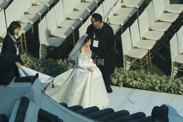 Nụ cười rạng ngời và hạnh phúc túc trực trên môi Song Hye Kyo.