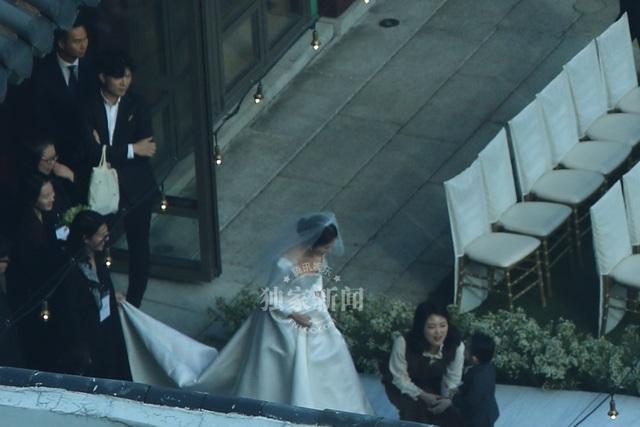 Chiều 31/10, cô dâu Song Hye Kyo xuất hiện rạng ngời trong chiếc váy cưới màu trắng với thiết kế cổ điển.