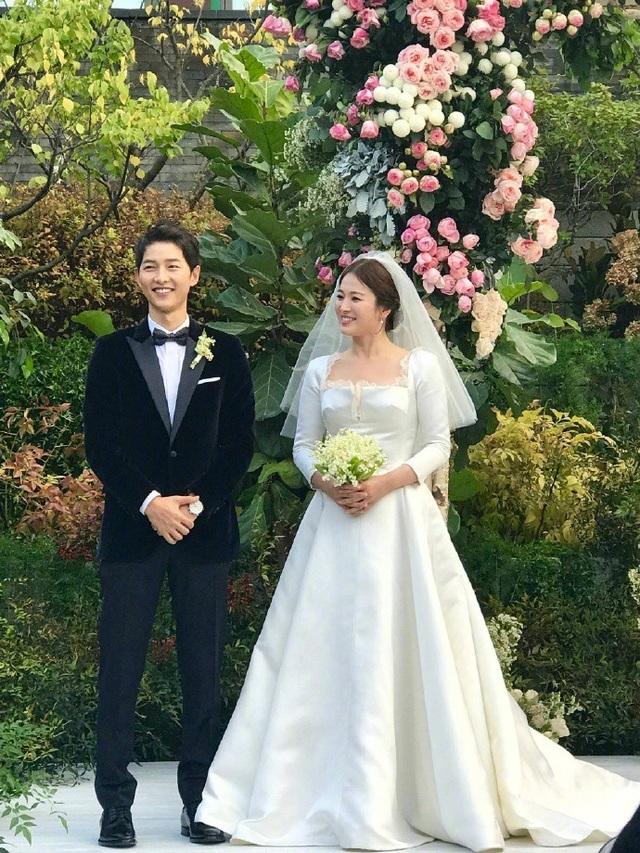 Song Hye Kyo và Song Joong Ki đều diện đồ hiệu trong hôn lễ thế kỷ.