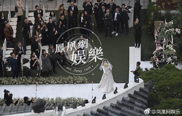 Phút tung hoa cưới đáng chờ đợi của cô dâu Song Hye Kyo tại hôn lễ thế kỷ.