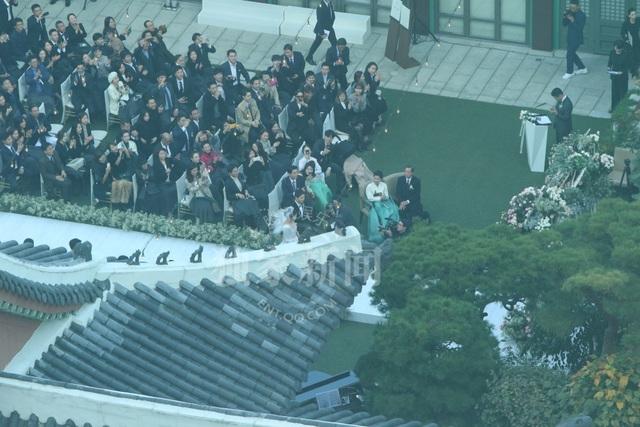 Toàn cảnh đám cưới Song Hye Kyo và Song Joong Ki được fan ghi lại từ bên trong khách sạn Shilla.