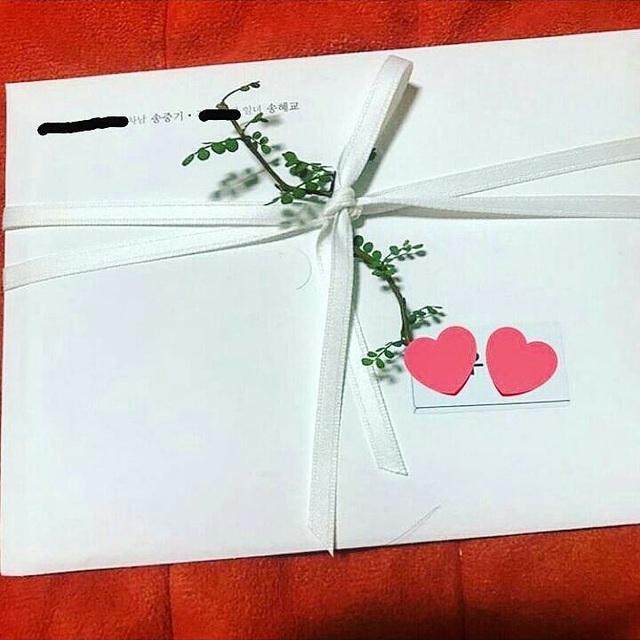 Thiệp cưới được cho là của Song Hye Kyo và Song Joong Ki được phát tán trên mạng.