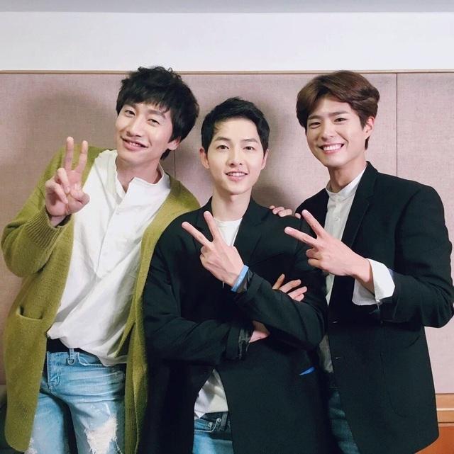 Lee Kwang Soo (trái) - bạn thân của chú rể Song Joong Ki dành những tâm huyết cho cặp đôi Song - Song.