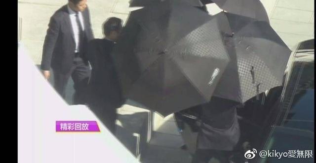 Trưa 31/10, chú rể Song Joong Ki được bảo vệ kỹ càng khi tới địa điểm làm đám cưới.