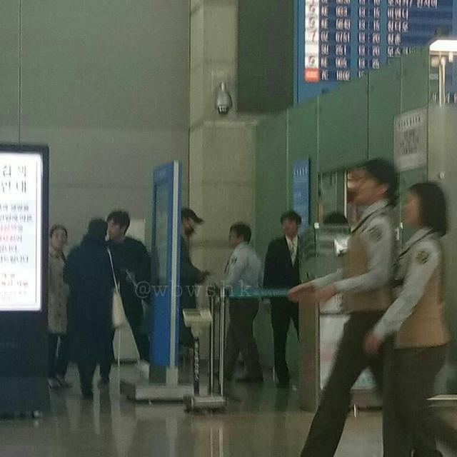 Sáng nay 2/11, cặp đôi Song Hye Kyo và Song Joong Ki đã xuất hiện tại sân bay Incheon, Seoul, Hàn Quốc, để lên đường bay sang châu Âu hưởng tuần trăng mật sau đám cưới thế kỷ diễn ra vào ngày 31/10.