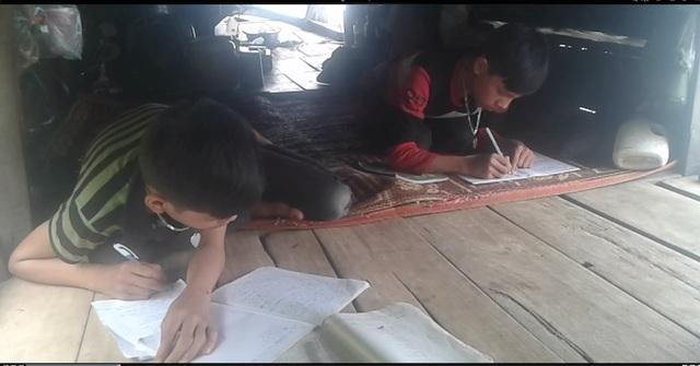 Những thiếu thốn trong học tập của các em nhỏ, bàn học là một điều xa xỉ đối với các em.