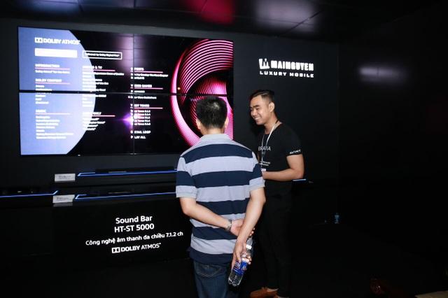 Nhân viên giới thiệu Loa soundbar Sony HT-ST5000 tại AV Show 2017