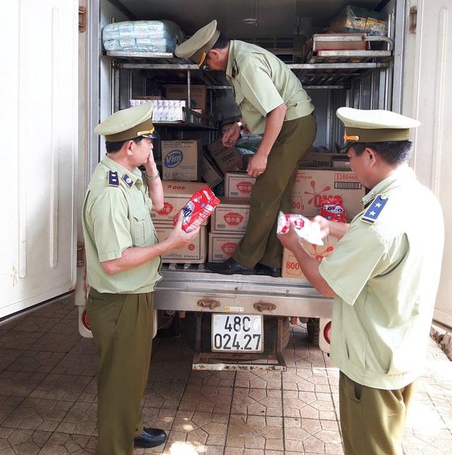 Lực lượng chức năng bắt giữ số lượng bột giặt và bột ngọt giả (ảnh: Sở Công Thương)