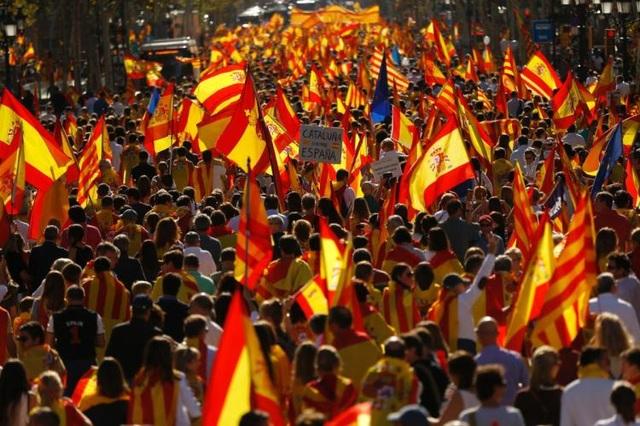 Biểu tình phản đối Catalonia ly khai khỏi Tây Ban Nha. (Ảnh: NY Daily News)