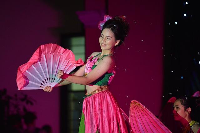 """Tống Châu Khanh – lớp 10 Pháp Song ngữ trình diễn tài năng """"vừa múa vừa làm ảo thuật"""" trong điệu múa sen đầy uyển chuyển, dịu dàng"""