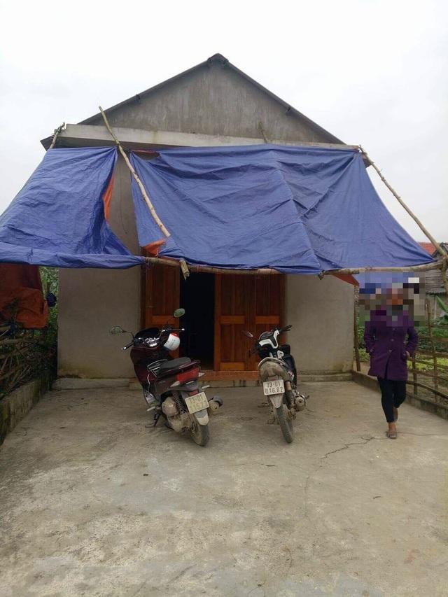 Gia đình đối tượng thuộc diện khó khăn của xã Mai Hóa, mẹ và con gái của Hùng đang sống trong căn nhà tình nghĩa do chính quyền xây dựng