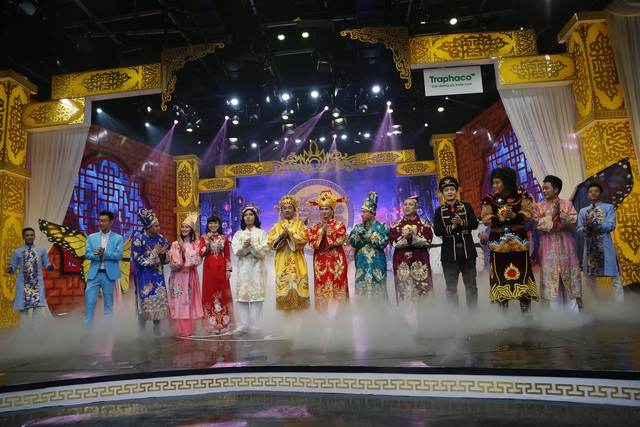 Các nghệ sĩ tham gia Táo quân 2017 chào khán giả ở cuối chương trình.