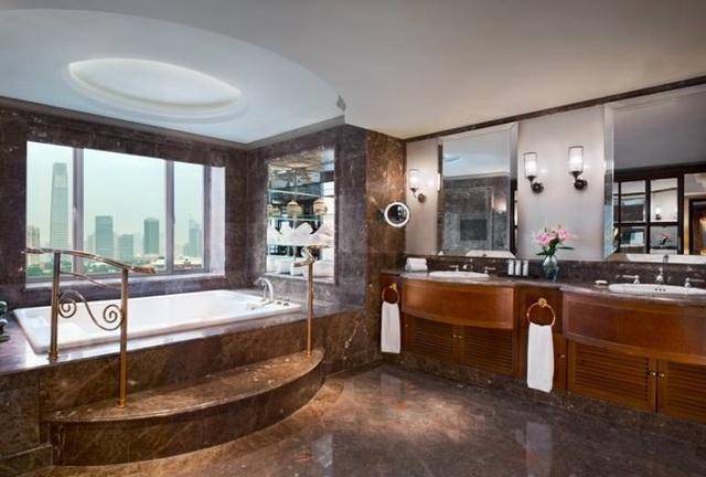 Cận cảnh phòng tắm của phòng suite Tổng thống