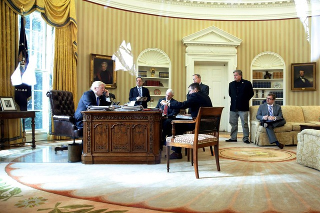 Ông Bannon bị coi là ông trùm chống toàn cầu hóa và điều này cũng thể hiện rõ khi ông điều hành Breitbart News cũng như khi cố vấn chính sách cho Tổng thống Trump. Giữ đúng cam kết trong chiến dịch tranh cử, Tổng thống Trump ngay sau khi nhậm chức đã ký sắc lệnh rút khỏi đàm phán Hiệp định đối tác xuyên Thái Bình Dương, yêu cầu đàm phán lại Hiệp định thương mại tự do Bắc Mỹ (NAFTA).