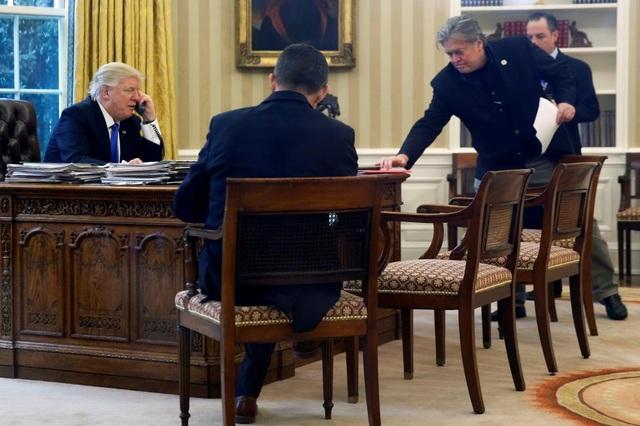 Ông Bannon luôn bên cạnh ông Trump trong những ngày đầu nhiệm sở.