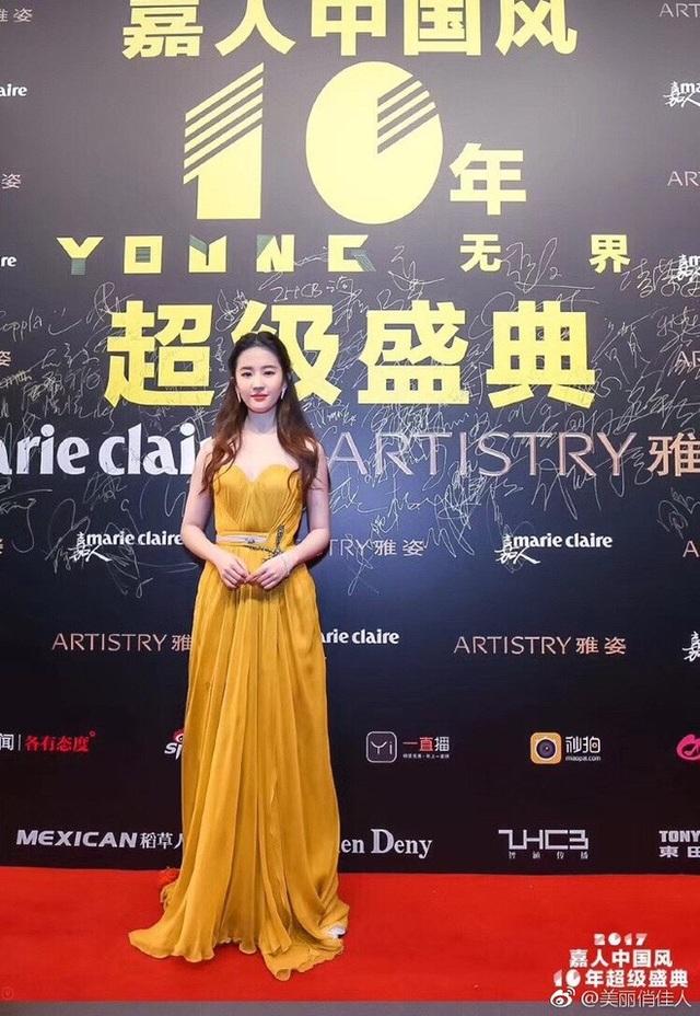 Nữ diễn viên xinh đẹp diện đầm vàng khoe làn dan trắng nõn.