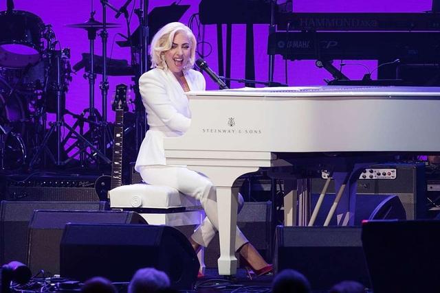 Lady Gaga là một trong những ca sĩ nhận cát-sê cao nhất thế giới với số tiền bỏ túi cho một buổi diễn là khoảng 2 triệu USD.