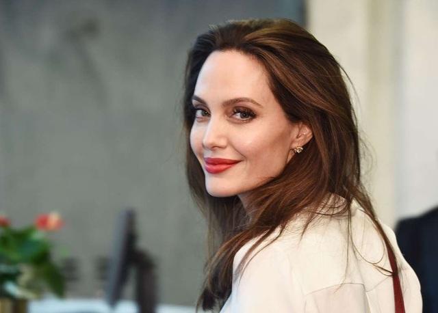 Theo tờ Hollywood Reporter, Angelina Jolie nhận cát-sê từ 15 đến 20 triệu USD cho một bộ phim mà cô tham gia.