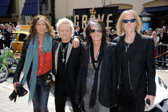 Nhóm Aerosmith nhận khoảng 2 triệu USD cho một buổi trình diễn.